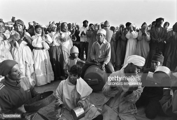 Moroccan volunteers attending the Green March sing in a camp near to Tarfaya 06 November 1975 on the first day of their march towards the Spanish...