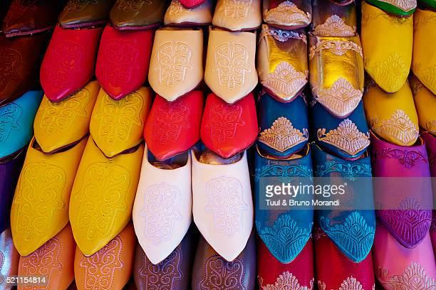 morocco, casablanca, old medina, babouche shop - color vibrante fotografías e imágenes de stock