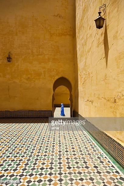 homme marche de la mosquée du maroc - homme marocain photos et images de collection