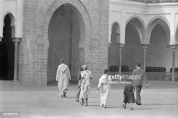 Mohammed V In Casablanca 1955 le 26 novembre portrait de Mohammed V roi du Maroc à Casablanca en famille dans la cour d'un palais le monarque de dos...