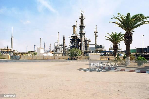 Marokko Öl-Raffinerie in der desert palm trees