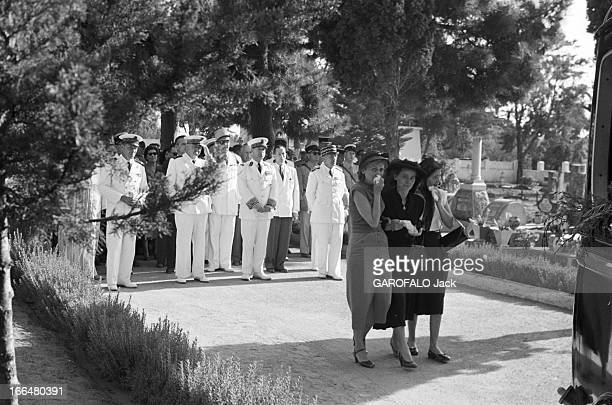 Morocco Tensions And Confrontation 1954 Maroc Après le massacre les obsèques de 9 Français à Port Lyautey Au cimetière des femmes en deuil devant une...