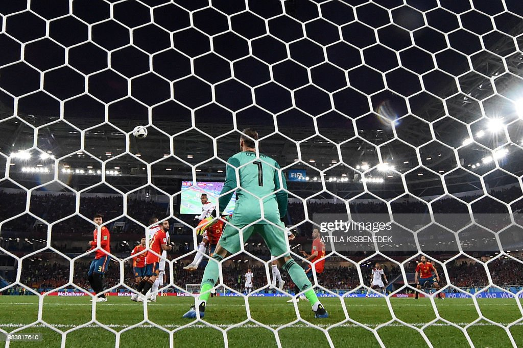 TOPSHOT - Morocco's forward Youssef En-Nesyri (C L) heads the ball to score a goal during the Russia 2018 World Cup Group B football match between Spain and Morocco at the Kaliningrad Stadium in Kaliningrad on June 25, 2018. (Photo by Attila KISBENEDEK / AFP) / RESTRICTED