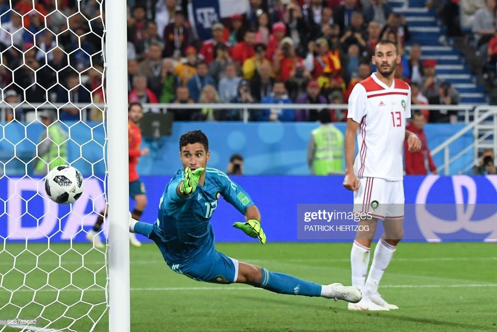 TOPSHOT - Morocco's goalkeeper Munir Mohand Mohamedi saves a goal attempt beside Morocco's forward Khalid Boutaib during the Russia 2018 World Cup Group B football match between Spain and Morocco at the Kaliningrad Stadium in Kaliningrad on June 25, 2018. (Photo by Patrick HERTZOG / AFP) / RESTRICTED