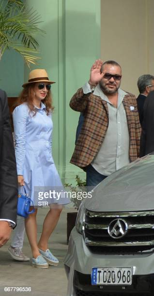Morocco's King Mohammed VI and his wife Salma Bennaniat leave their hotel in Havana on April 12 2017 / AFP PHOTO / STR