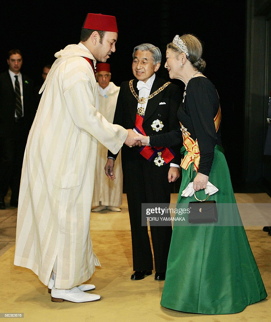 Morocco's King Mohammed VI (L) is welcom : News Photo
