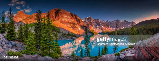 morraine lake at dusk, banff national park, alberta, canada. - canadian rockies stockfoto's en -beelden