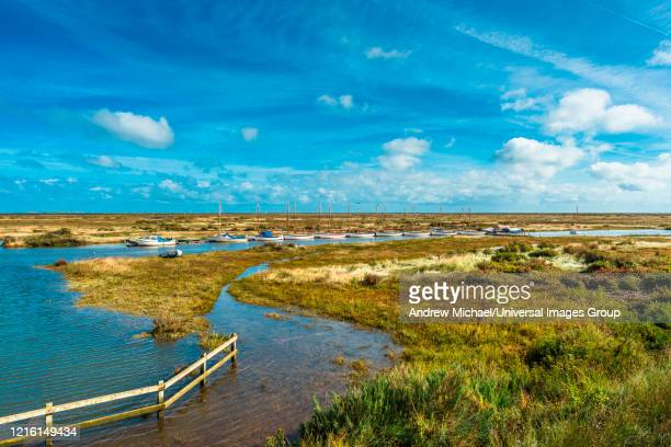 morston salt marshes seen from the blakeney to morston coastal path. norfolk, england, uk. - 英国ノーフォーク ストックフォトと画像