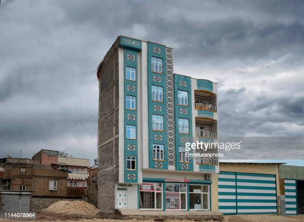 mosaic work on a newly built apartment building in şanlıurfa. - emreturanphoto stock-fotos und bilder