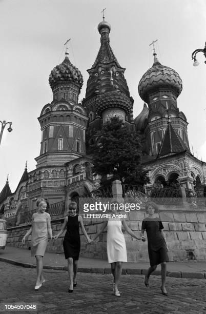 Moscou Urss 4 juillet 1966 Présentation des nouveaux modèles de robes et jupes audessus du genou qui vont être produites par les 39 maisons de mode...