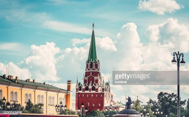 moscow kremlin spasskaya tower at midday - state kremlin palace bildbanksfoton och bilder