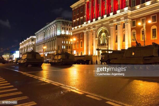 moscow military parade rehearsal at night, lights of tverskaya street, russia - argenberg fotografías e imágenes de stock