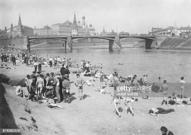 Moscow people bathing in the Moskva river with the Kremlin in the background Press Cliche Moskau Vintage property of Ullstein Bild