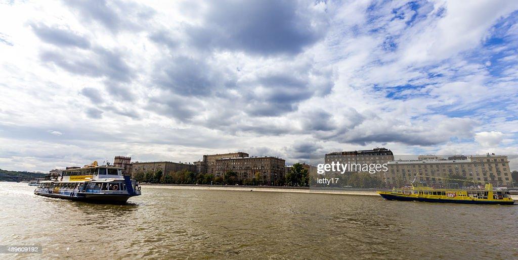 モスクワ川のボート : ストックフォト