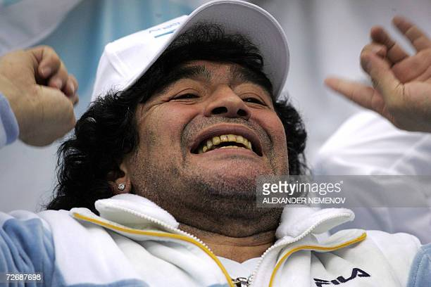 Moscow, RUSSIAN FEDERATION: Argentinian football legend Diego Maradona supports the Argentinian tennis team, as Juan Iganasio Chela plays against...
