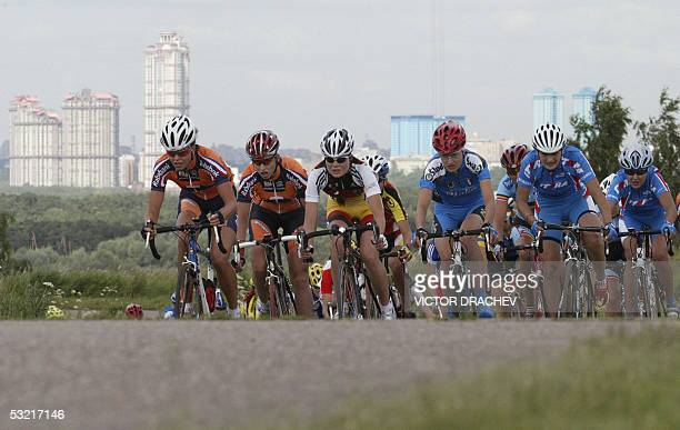 Moscow, RUSSIAN FEDERATION: Cyclists ride during the U23 Women's 122.4 km time trial race in Moscow, 09 July 2005 during the European Road Cycling...