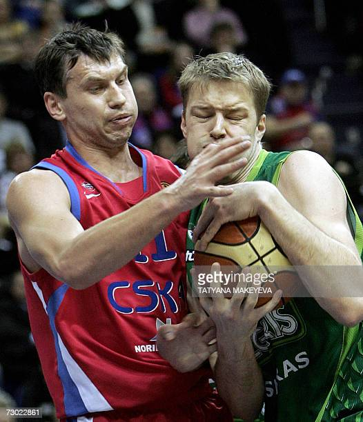 Hanno Mottola of Zalgiris Kaunas fights for the ball with Zakhar Pashutin of CSKA Moskva 17 January 2007 in Moscow during their basketball Euroleague...