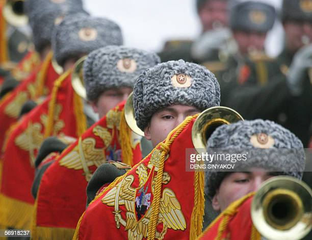 Moscow, RUSSIAN FEDERATION: Russian soldiers parade during a wreath laying ceremony at the Tomb of the Unknown Soldier in Moscow, 23 February 2006....