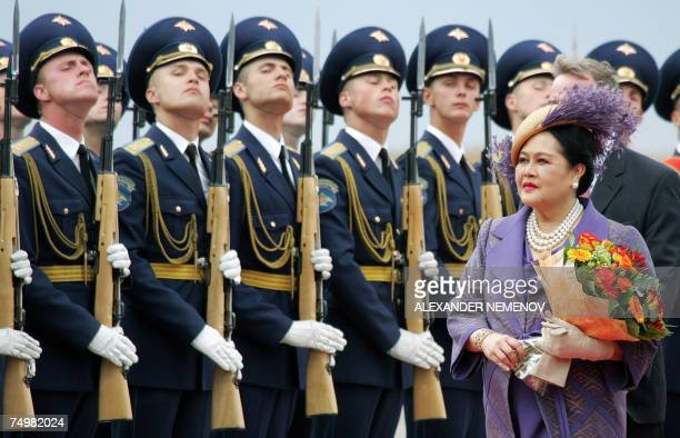 Moscow, RUSSIAN FEDERATION: Thai Queen Sirikit reviews the honour guard upon arriving in Moscow, Russia, 02 July 2007. Queen Sirikit arrived to...
