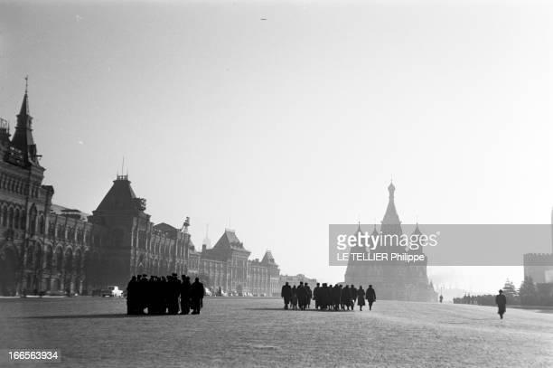 Moscow Winter A Moscou le 16 Novembre 1959 reportage sur la ville La cathédrale SaintBasile et ses bulbes se découpant en arrièreplan sur la Place...