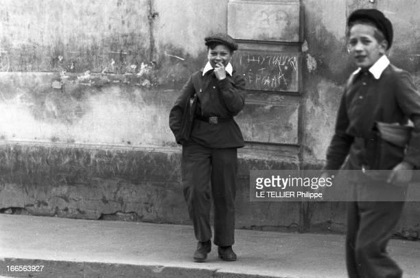 Moscow Winter A Moscou le 16 Novembre 1959 reportage sur la ville deux jeunes garçons portant une veste sur chemise blanche assortie à un pantalon...