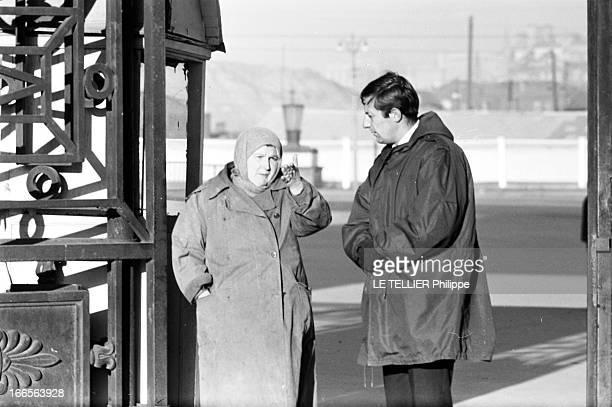 Moscow Winter A Moscou le 16 Novembre 1959 reportage sur la ville avec Jean ROCHEFORT comédien français en parka et gants mains jointes discutant...