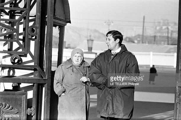 Moscow Winter A Moscou le 16 Novembre 1959 reportage sur la ville avec Jean ROCHEFORT comédien français en parka et gants mains jointes posant avec...
