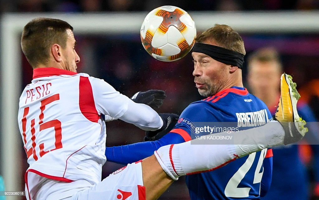 Moscow's Russian defender Vasili Berezutski (R) vies with Red Star Belgrade's Serbian forward Aleksandar Pesic during the UEFA Europa League round of 32 second-leg football match between CSKA Moscow and Red Star Belgrade (Crvena Zvezda Belgrade) in Moscow on February 21, 2018. / AFP PHOTO / Yuri KADOBNOV