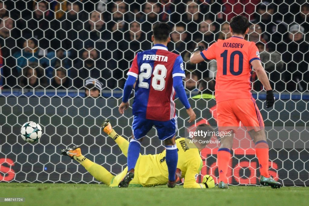 Moscow's Russian midfielder Alan Dzagoev (R) scores a goal against Basel's Czech goalkeeper Tomas Vaclik (rear C) during the UEFA Champions League Group A football match between FC Basel and CSKA Moscow at Saint Jakob-Park Stadium on October 31, 2017 in Basel. / AFP PHOTO / Fabrice COFFRINI