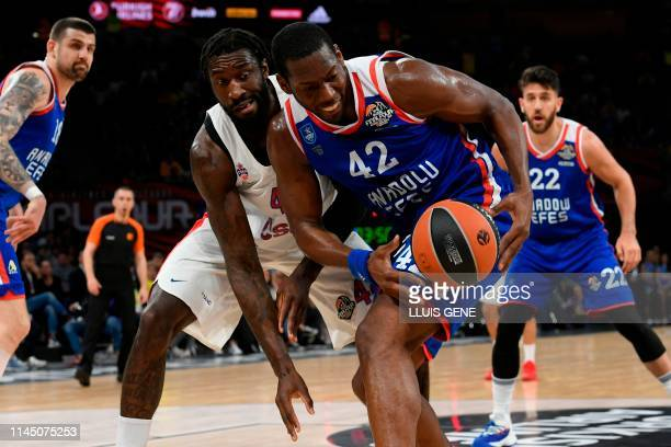 Moscow's US centre Othello Hunter challenges Anadolu Efes' USArmenian centre Bryant Dunston during the EuroLeague final basketball match between...
