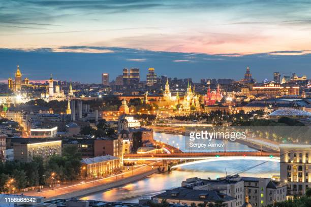 moscva river and illuminated landmarks of moscow after sunset - moscou photos et images de collection