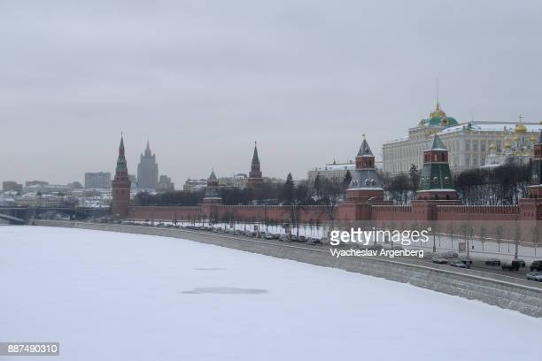 moskva river in winter, ice and snow, -32c, moscow - argenberg stock pictures, royalty-free photos & images