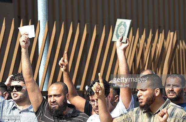 Moslemische Gläubige protestieren vor der AlNurMoschee gegen eine Kundgebung der rechtspopulistischen Bürgerbewegung PRO DEUTSCHLAND unter dem Motto...