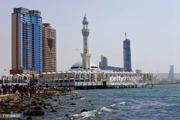 mosque by sea against clear sky during sunny day - jeddah stock pictures, royalty-free photos & images