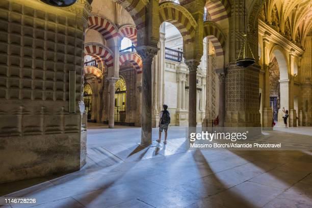 mosque cathedral of córdoba - mezquita fotografías e imágenes de stock