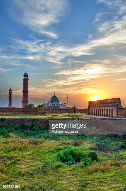 a mosque in lahore, pakistan. - パキスタン ラホール市 ストックフォトと画像