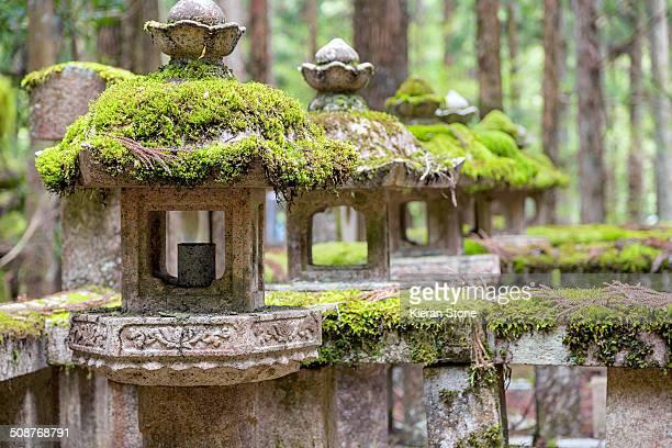 moss covered lanterns - koyasan stock-fotos und bilder