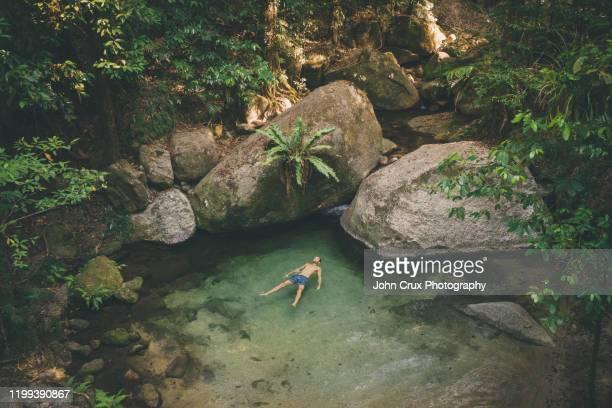 mossman gorge swimming tourist - ケアンズ ストックフォトと画像