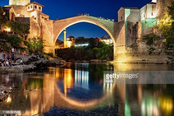 mostar-brücke bei nacht, bosnien und herzegowina - unesco welterbestätte stock-fotos und bilder