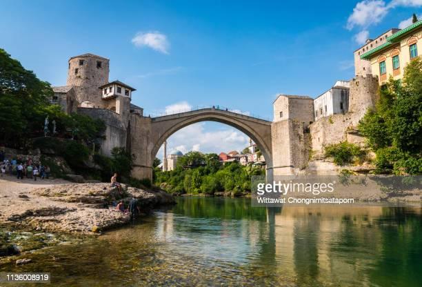 mostar bridge - antiga jugoslávia imagens e fotografias de stock
