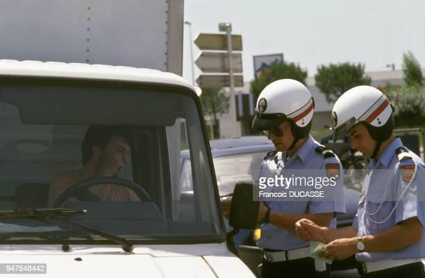 Motards de la gendarmerie contrôlant un camion en France