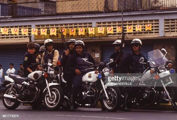 Motards des forces de l'ordre en attente lors d'une manifestation le 19 mars 1992 à Caracas Venezuela