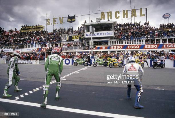 Motards sur la ligne de départ des 24 Heures du Mans moto en 1983 France