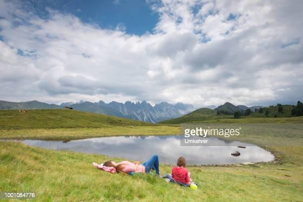 Mutter Tochter Anzeige an einem Bergsee