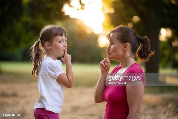 mother advice her kid to be disciplined - silêncio - fotografias e filmes do acervo