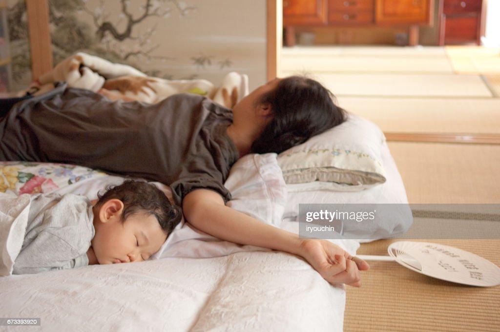 母親と赤ちゃんの昼寝 : ストックフォト