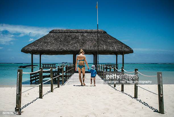 mother and a son on a pier - insel mauritius stock-fotos und bilder