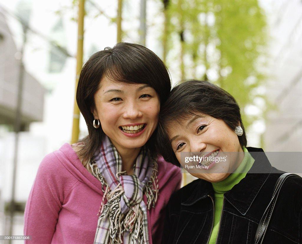 母と娘の笑顔、大人のお客様のポートレート : ストックフォト