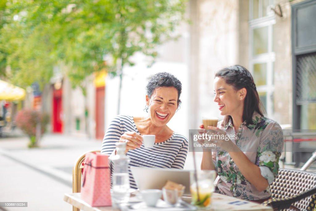 Mãe e filha adulta, passar tempo juntos : Foto de stock
