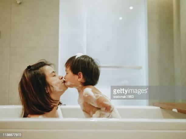 母と赤ちゃんの入浴 - 風呂に入る ストックフォトと画像